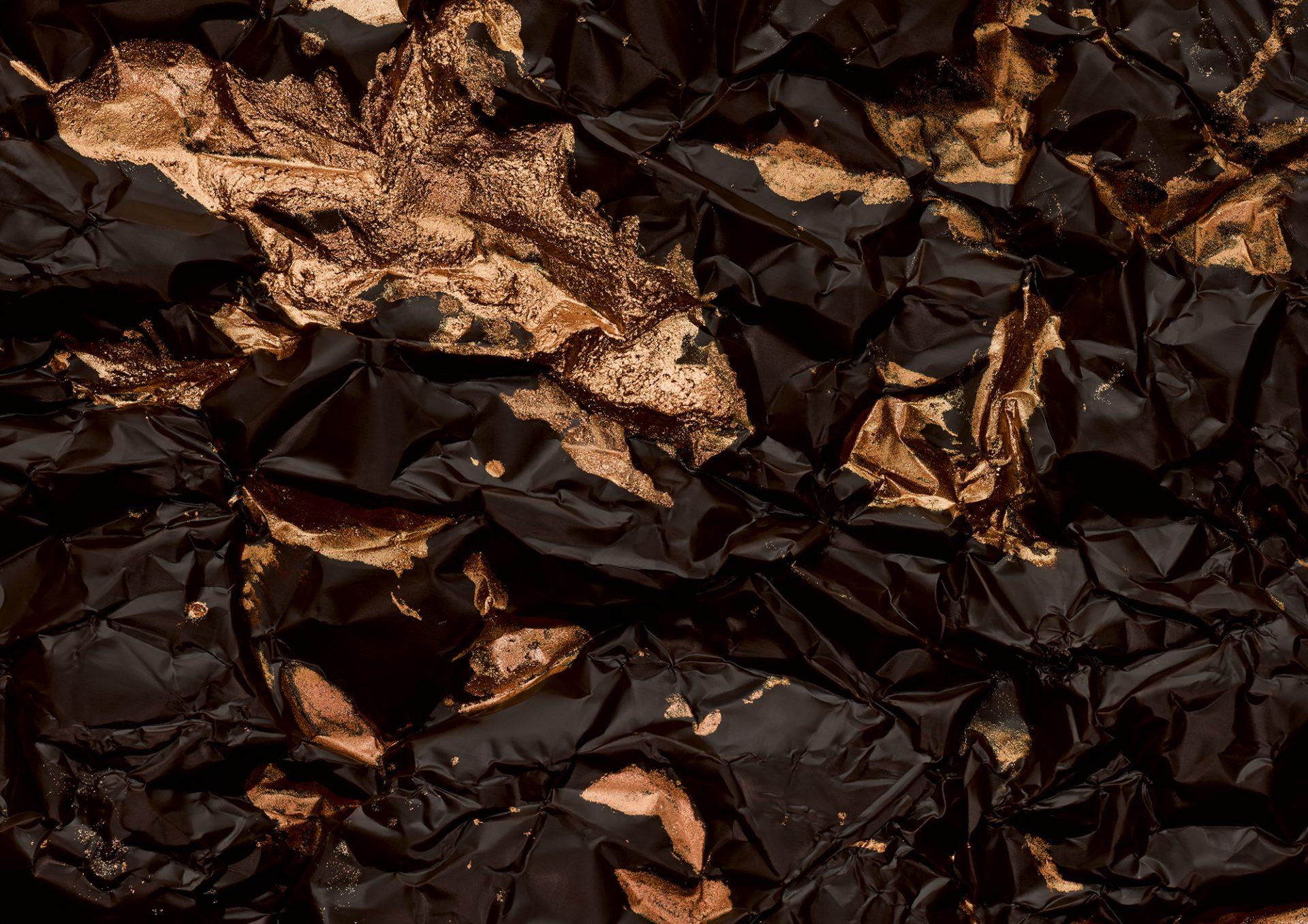Makroaufnahmen von Schokoladen kombiniert mit detailreiche Stories stellen die Produkte von Rausch, deren Entstehungsgeschichten und die Menschen dahinter vor.