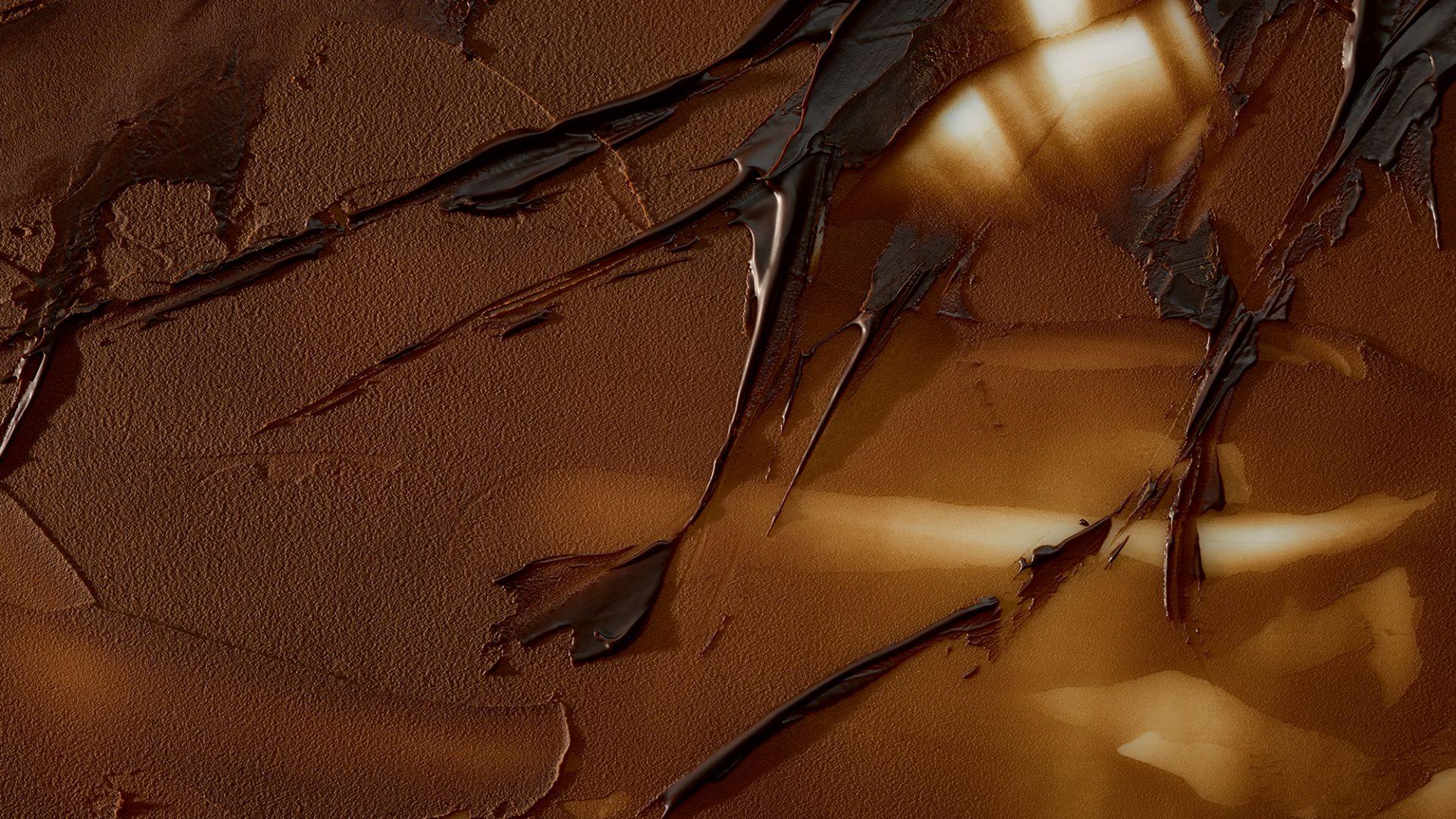 Die Markenstrategie findet ihre Ausprägung in den von Realgestalt entwickelten Key Visuals. Fotos purer Schokolade stehen für die Reinheit der Produkte. Sie kommen großformatig auf Verpackungen, Website, Geschäftsausstattung und im Schokoladenhaus zur Anwendung.