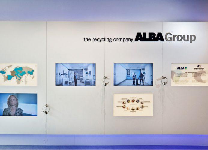 Eine Wand mit Bildschirmen im Alba Showroom in der Knesebeckstraße in Berlin. Inszenierung der Marke im Raum von der Agentur Realgestalt