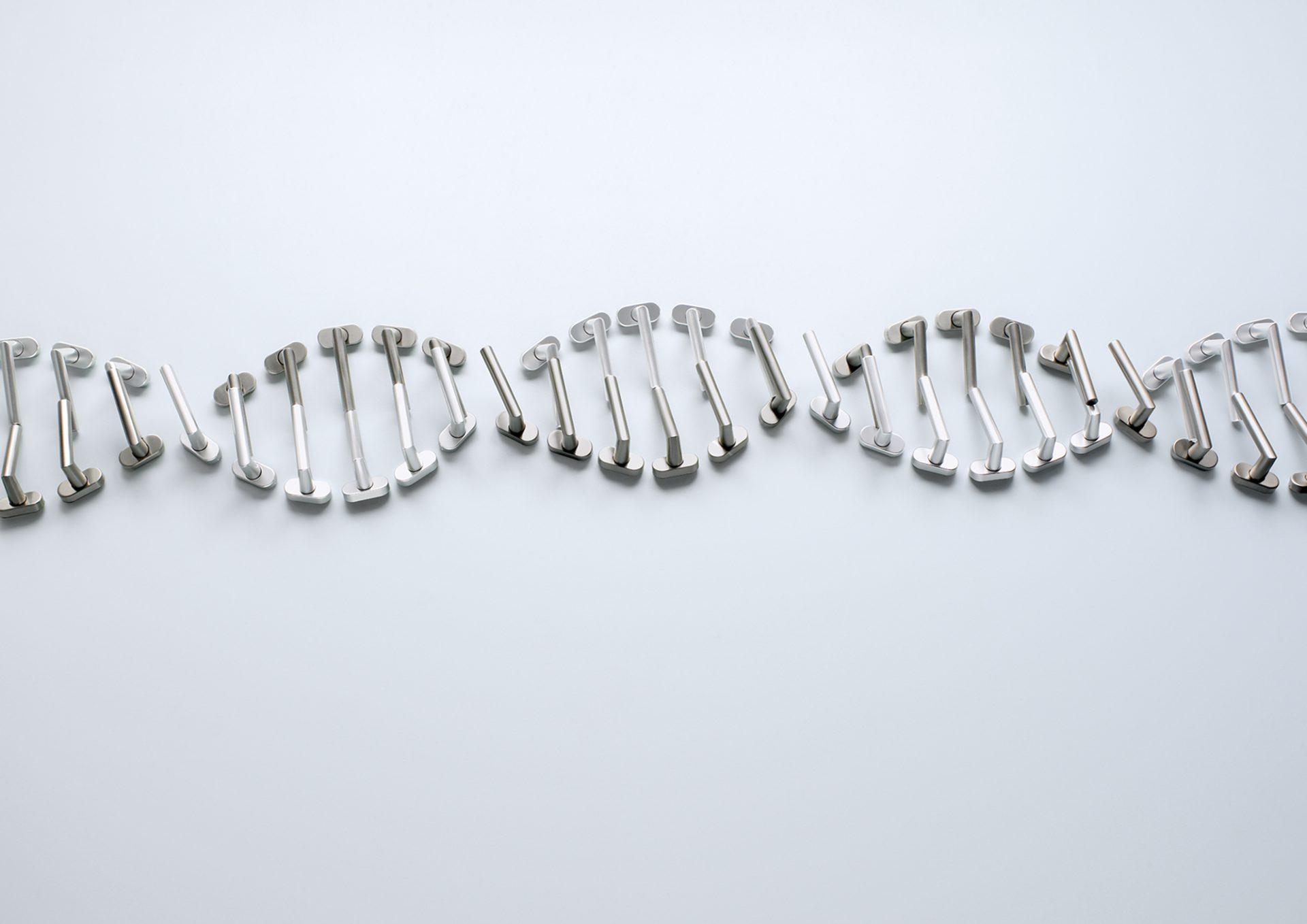 Aufnahme einer Komposition aus Beschlägen von Sarah Illenberger. Das Motiv: Die Struktur der DNA (Ein Doppelhelix)