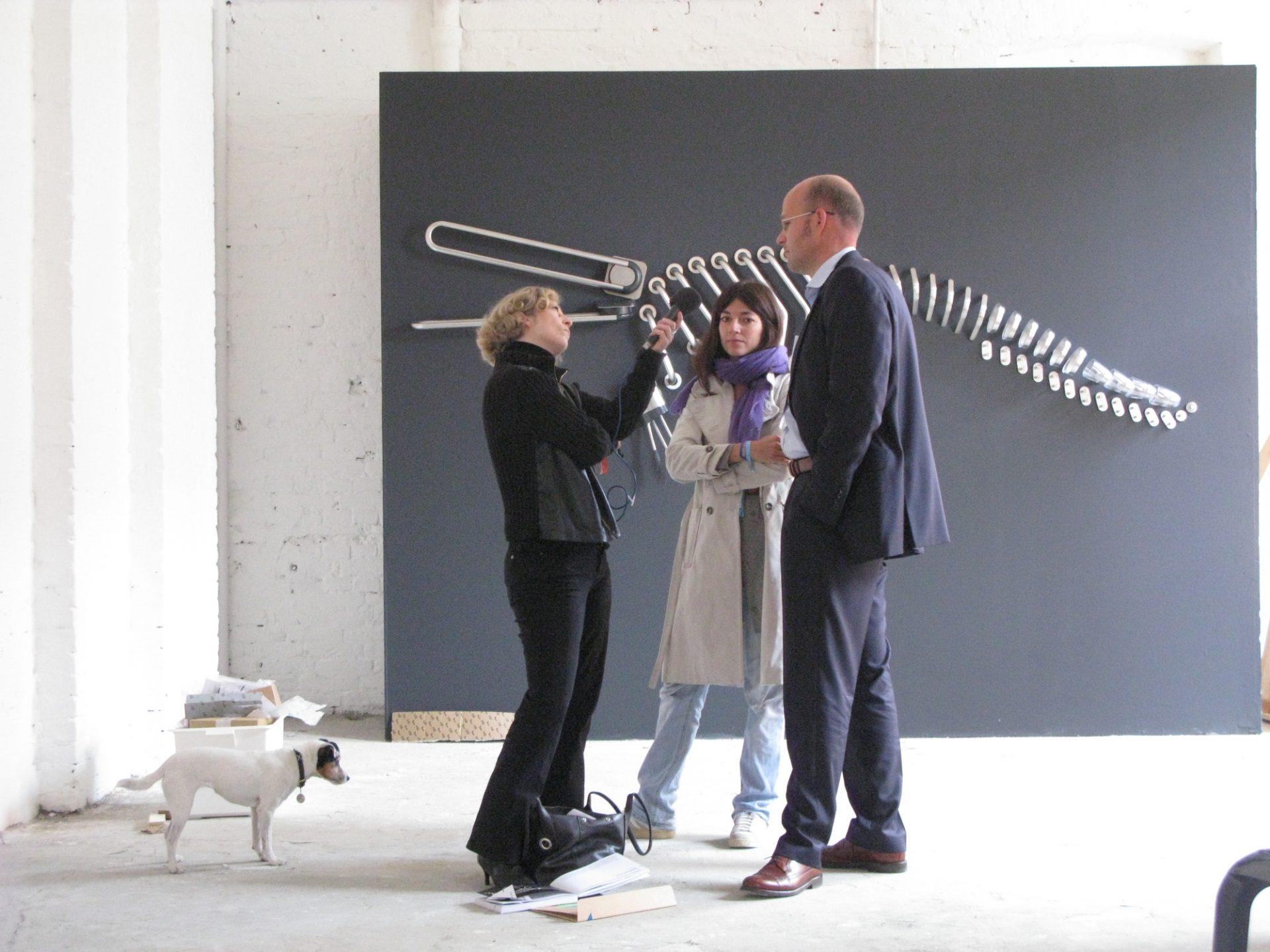 Sarah Illenberger, zuständig für die Gestaltung der einzelnen Motive, und Matthias Fuchs, Leiter Marketing + Public Relations, beim Interview auf der Messe
