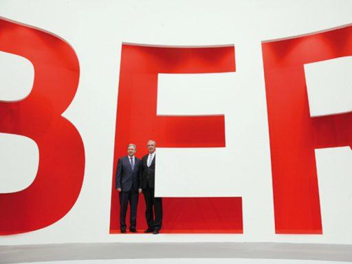 """Mit der souveränen Reduktion auf ein rein typografisches Markenzeichen werden die BER-Gestaltungsattribute """"klar"""", """"klassisch"""" und """"mit Autorität"""" konsequent zur Anwendung gebracht."""