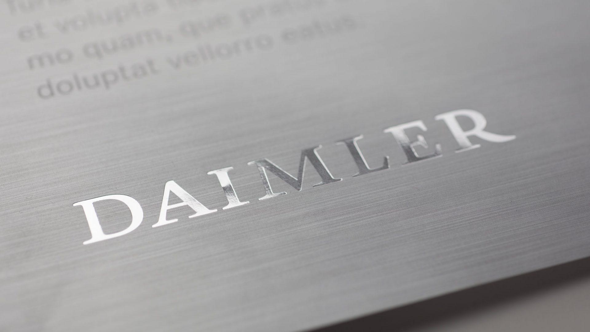 Der Daimler Konzern mit silbernem Corporate Design - Mit der neuen Unternehmensfarbe Silber bringt Daimler seinen Führungsanspruch – Wegbereiter für die Zukunft der Mobilität zu sein – visuell auf den Punkt.