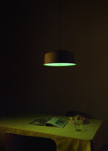 Authentics Brand Design Fotoshooting Tisch und Leuchte
