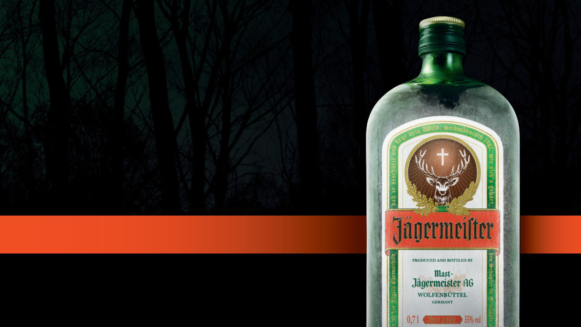 Eisgekühlte Jägermeiste Flasche mit schwarzem Hintergrund und orangefarbener Banderole im Brand Design von Realgestalt