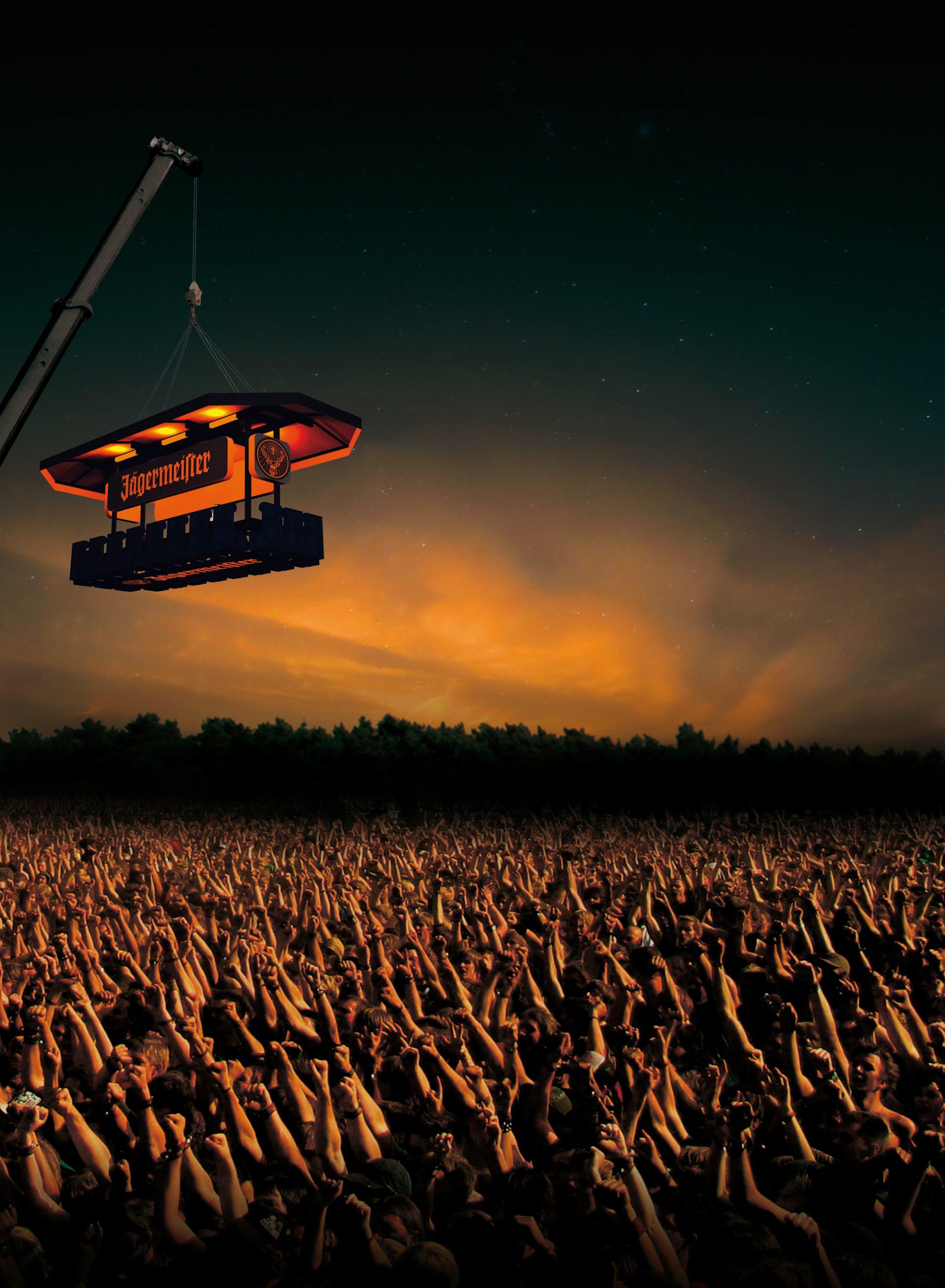 Orange leuchtende Floating Bar von Jägermeister bei einem Open Air Konzert im Brand Design von Realgestalt