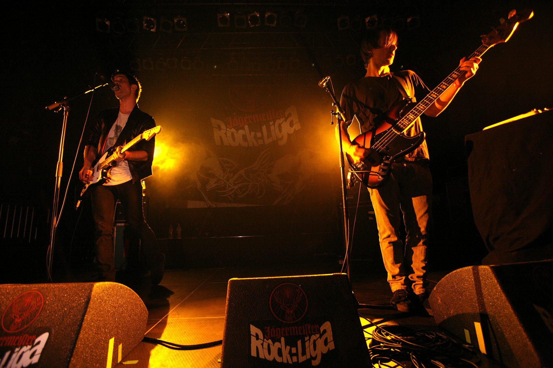 Konzert der Jägermeister Rock Liga mit Rockband mit Logo der Veranstaltung im Hintergrund. Markenstrategie von Realgestalt