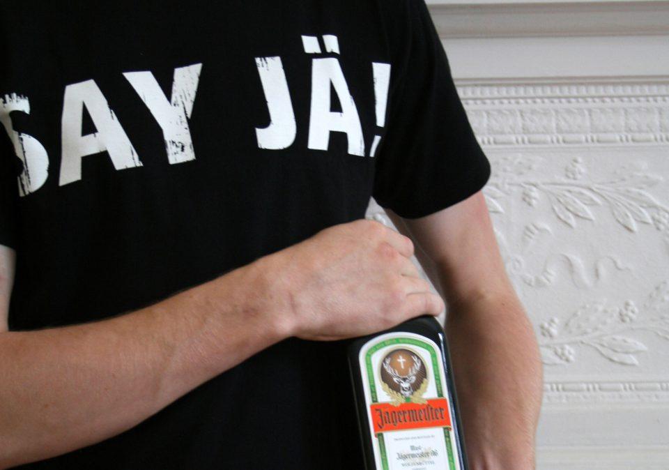 Jägermeister Flasche und T-Shirt mit Aufschrift 'Say Jä'. Brand Design von Realgestalt
