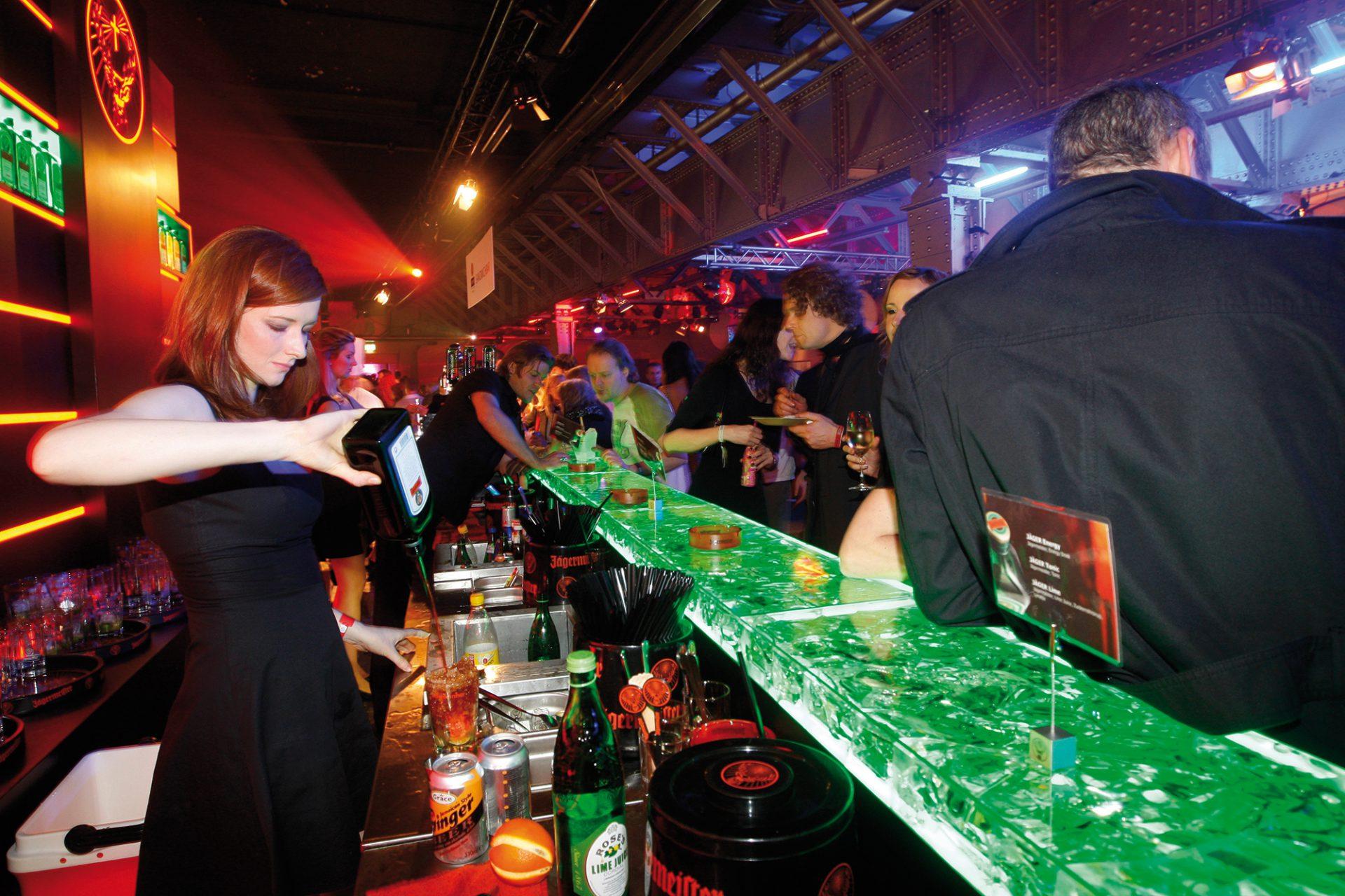 Jägermeister wird an einer Bar ausgeschenkt. Brand Design von Realgestalt