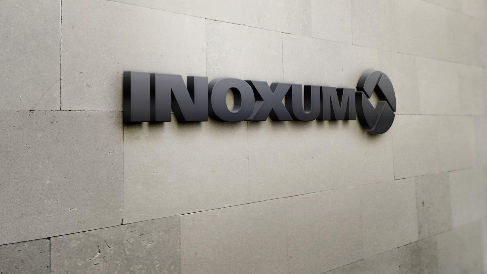 Logo von Inoxum, der ehemaligen Edelstahlsparte von ThyssenKrupp, an der Wand